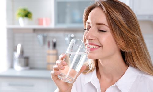Picie wody na czczo – czy jest korzystne dla zdrowia?